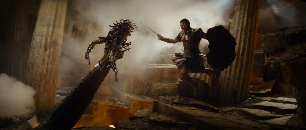 Um den mächtigen Kraken zu besiegen, hat Perseus (Sam Worthington, r.) nur eine Möglichkeit: Er muss sich die Kräfte der Medusa (Natalia Vodianova,... - Bildquelle: 2010 Warner Bros.
