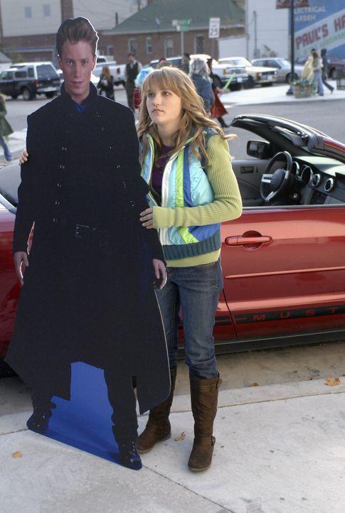 """Melissa (Emily Osment) fühlt sich von ihrem Vater ziemlich vernachlässigt, weil der Autor Neil Morris ständig mit seinem Superhelden """"Trip Zoome""""... - Bildquelle: Disney Enterprises, Inc.  All rights reserved"""