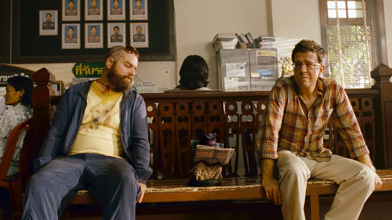 Ein Affe, ein abgetrennter Finger, ein Tattoo mitten im Gesicht und vor allem weit und breit keine Spur von Teddy. Alan (Zach Galifianakis, l.) und... - Bildquelle: Warner Brothers