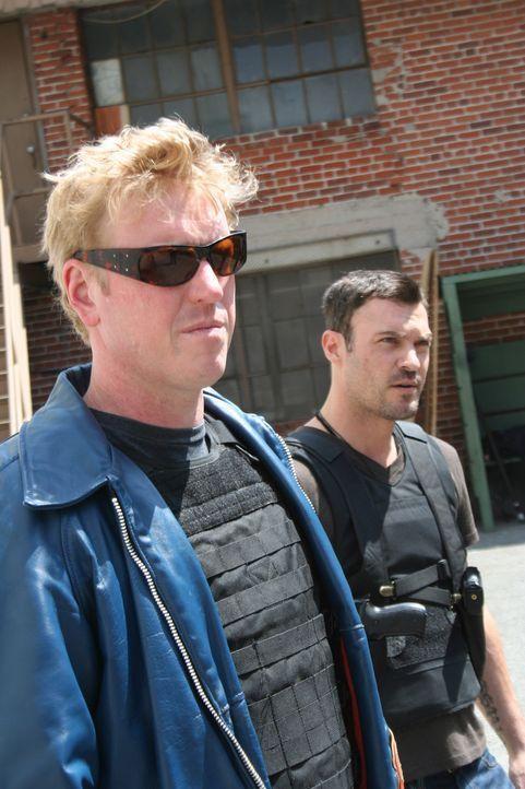 Nehmen es mit dem absolut Bösen auf: Callan (Brian Austin Green, r.) und Backfire (Jake Busey, l.) ... - Bildquelle: 2011 Cross Entertainment, LLC. All Rights Reserved.