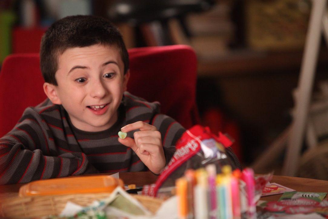 Der junge Brick (Atticus Shaffer) hat sich in ein Mädchen in seiner Klasse verknallt. Um ihr seine Liebe zu gestehen, hat er ihr eine Valentinskarte... - Bildquelle: Warner Brothers