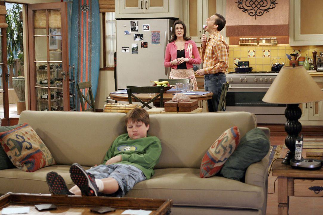 Während Rose (Melanie Lynskey, M.) versucht, den Streit zwischen Charlie und Alan (Jon Cryer, r.) zu schlichten, versucht Jake (Angus T. Jones, l.)... - Bildquelle: Warner Bros. Television