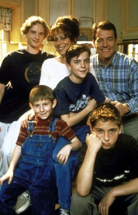 (1. Staffel) - Eine glückliche Familie: Vater Hal (Bryan Cranston, hinten r.), Mutter Lois (Jane Kaczmarek, hinten M.) und ihre vier Söhne Francis (... - Bildquelle: TM +   2000 Twentieth Century Fox Film Corporation. All Rights Reserved.