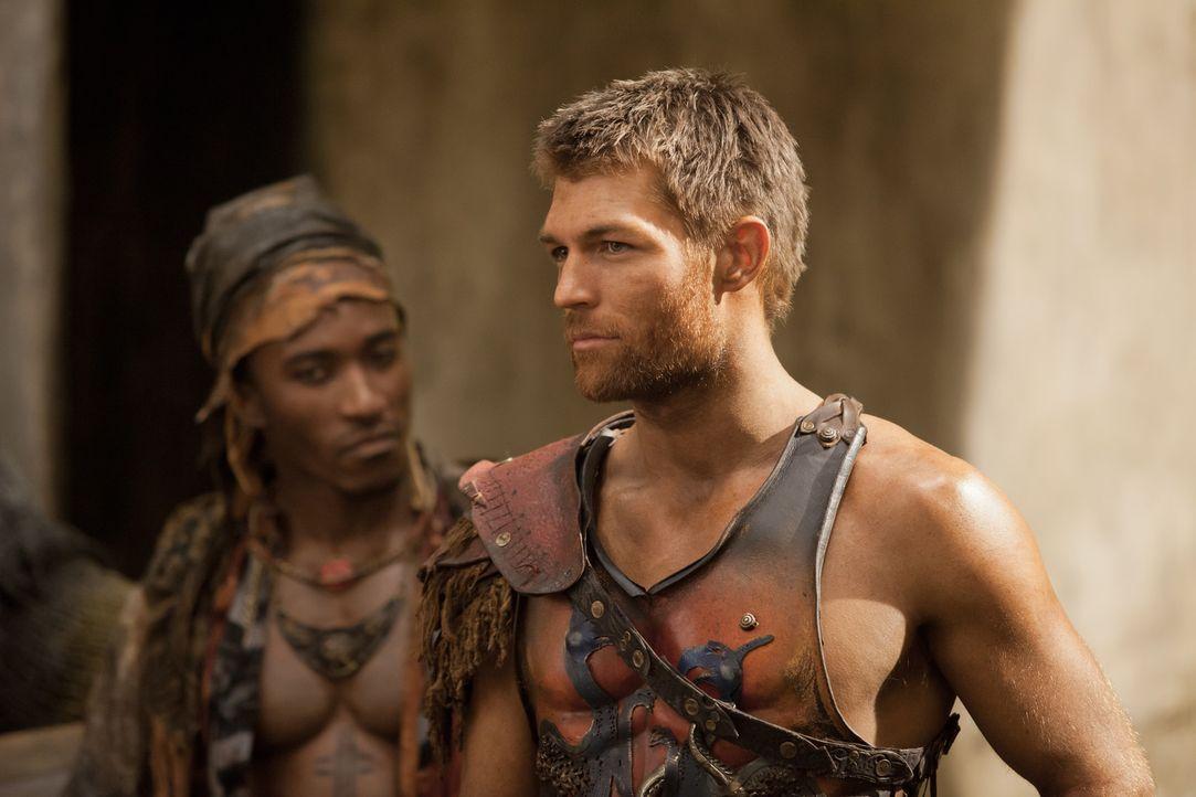 Um seine Leute über den Winter zu bringen, muss sich Spartacus (Liam McIntyre, r.) auf einen Deal mit einem gefürchteten Piraten einlassen. Ein risk... - Bildquelle: 2012 Starz Entertainment, LLC. All rights reserved.