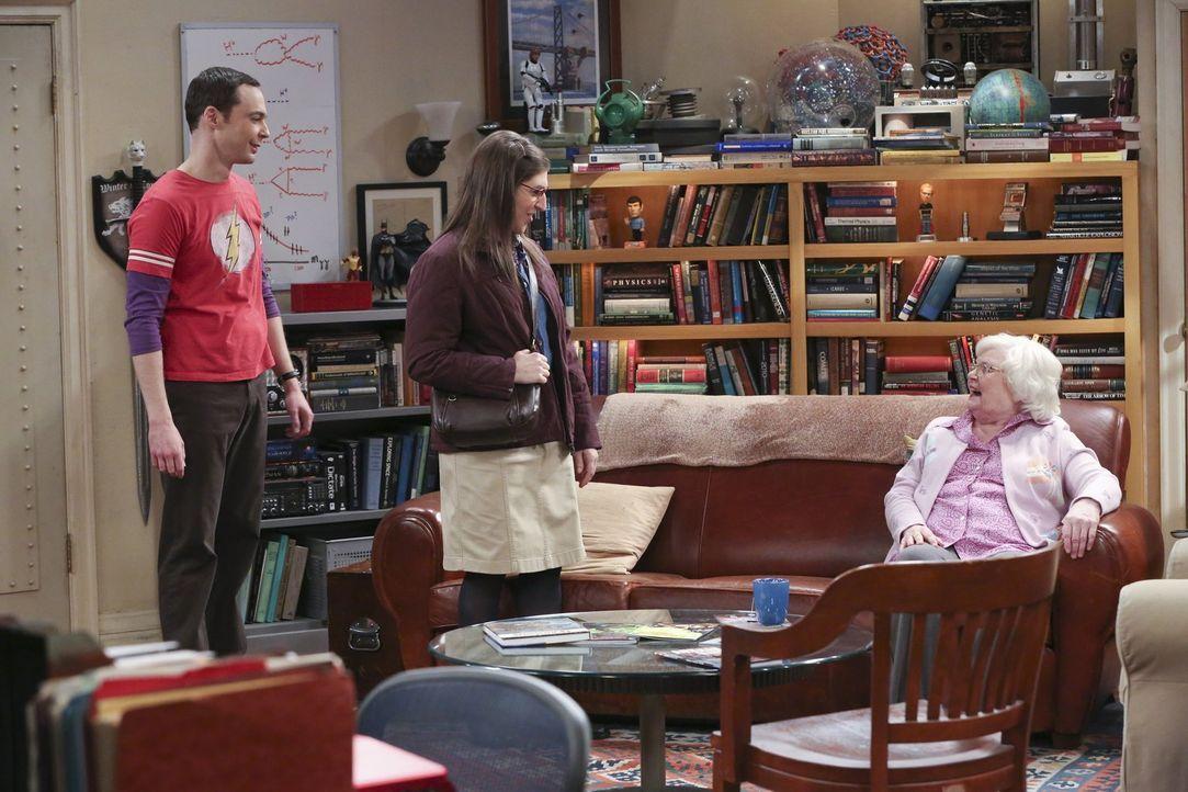 Amys (Mayim Bialik, M.) erste Begegnung mit Sheldons (Jim Parsons, l.) Oma Meemaw (June Squibb, r.) stellt sich leider als nicht sehr angenehm herau... - Bildquelle: 2015 Warner Brothers