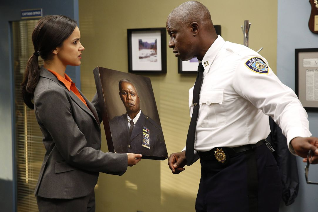 Amy Santiago (Melissa Fumero, l.); Captain Ray Holt (Andre Braugher, r.) - Bildquelle: Greg Gayne 2013 NBC Studios LLC. All Rights Reserved. / Greg Gayne