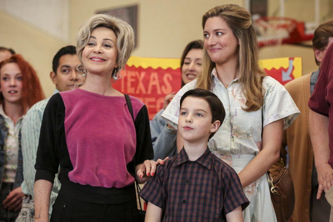 Noch ahnen Meemaw (Annie Potts, l.), Sheldon (Iain Armitage, M.) und Mary (Zoe Perry, r.) nicht, dass der Wissenschaftswettbewerb ein herber Rücksch... - Bildquelle: Warner Bros. Television