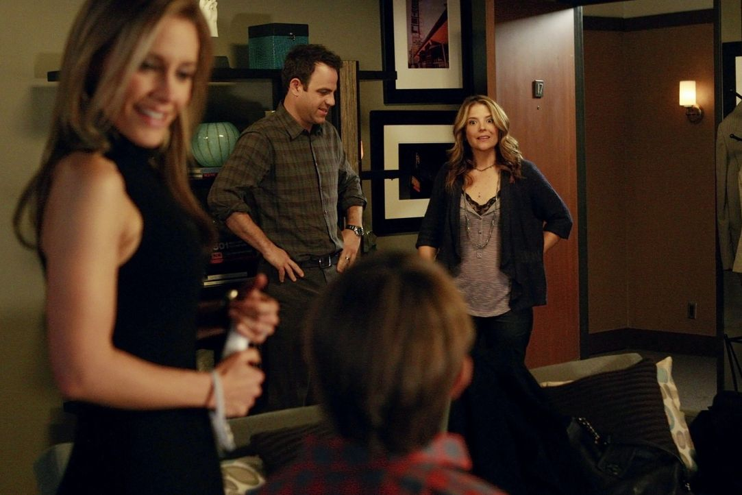 Während Violet erneut in der Praxis zu arbeiten beginnt, verhalten sich Charlotte (KaDee Strickland, l.), Cooper (Paul Adelstein, 2.v.l.) und Mason... - Bildquelle: ABC Studios