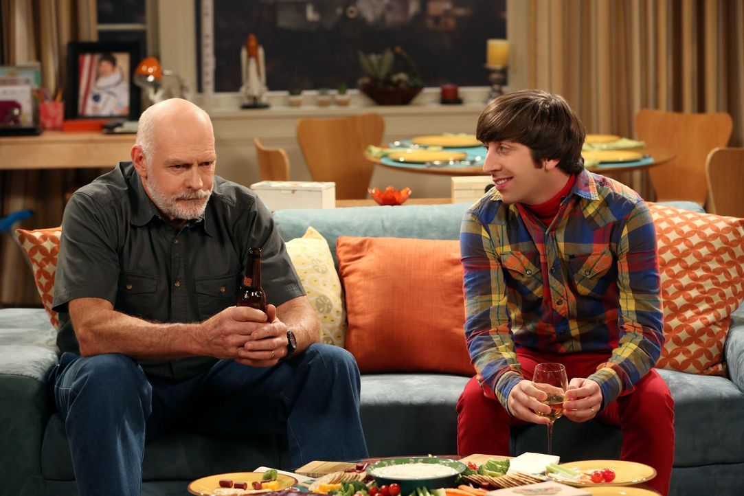 Während sich Howard (Simon Helberg, r.) auf einen Ausflug mit seinem Schwiegervater (Casey Sander, l.) vorbereitet, muss Sheldon Amy gesundpflegen .... - Bildquelle: Warner Bros. Television