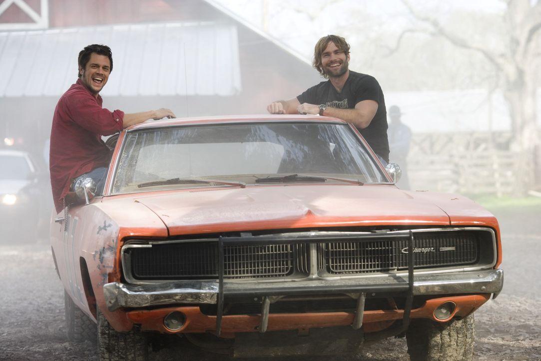 Die Cousins Bo (Seann William Scott, r.) und Luke Duke (Johnny Knoxville, l.) befinden sich in ständigen Auseinandersetzungen mit Boss Hogg, dem B - Bildquelle: Warner Brothers International