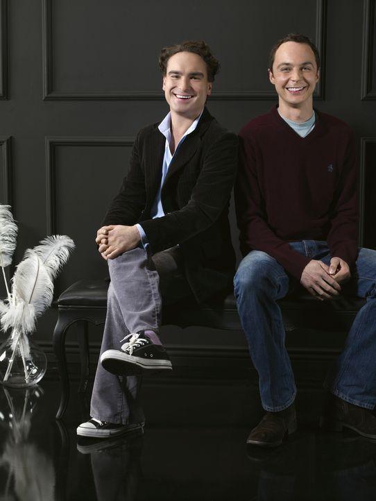 (3. Staffel) - Zwei brilliante Physiker mit wenig Lebenserfahrung: Dr. Leonard Hofstadter (Johnny Galecki, l.) und Dr. Sheldon Cooper (Jim Parsons,... - Bildquelle: Warner Bros. Television