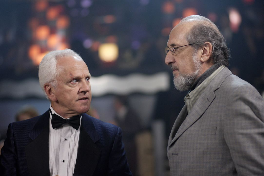 Haben Vernon (Richard Libertini, r.) und Charlie (John Rubenstein, l.) etwas mit den mysteriösen Todesfällen zu tun, die Sam und Dean aufklären w... - Bildquelle: Warner Bros. Television