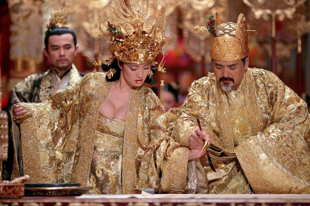 Planen blutige Rache: Prinz Jai (Jay Chou, l.), Kaiser Ping (Yun Fat Chow, r.) und seine Frau Phoenix (Li Gong, l.) ... - Bildquelle: TOBIS Film