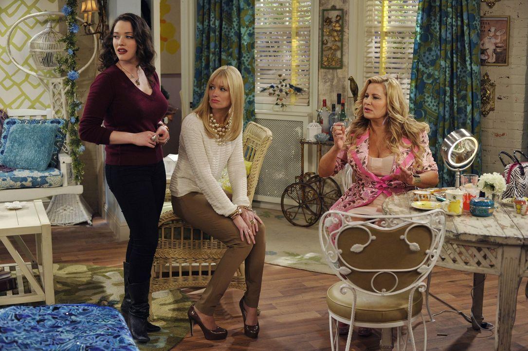 Sophie (Jennifer Coolidge, r.) hat die Mädchen zu einer ersten Einweisung in ihre Wohnung bestellt: Max (Kat Dennings, l.) und Caroline (Beth Behrs... - Bildquelle: Warner Brothers