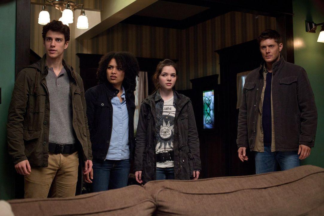 Dean (Jensen Ackles, r.) ist begeistert  davon, wie Victor den obdachlosen Kindern Krissy (Madison McLaughlin, 2.v.r.), Josephine (Megan Danso, 2.v.... - Bildquelle: Warner Bros. Television