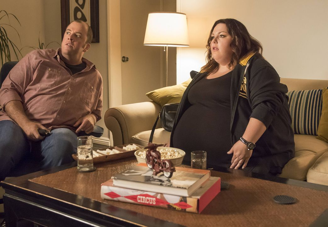 Eigentlich wollte Kate (Chrissy Metz, r.) das Footballspiel alleine anschauen, doch Toby (Chris Sullivan, r.) überredet sie, es mit ihm gemeinsam zu... - Bildquelle: Ron Batzdorff 2016-2017 Twentieth Century Fox Film Corporation.  All rights reserved.   2017 NBCUniversal Media, LLC.  All rights reserved.