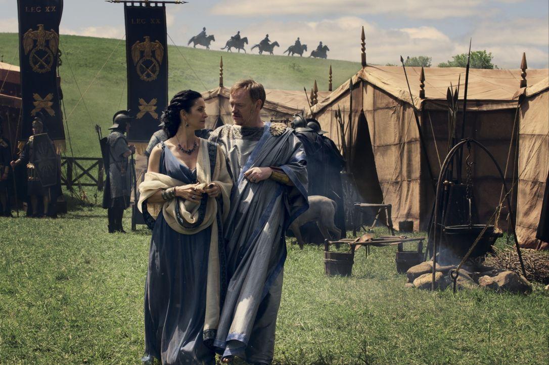 Noch hoffen Severus (Jared Harris, r.), Stadtoberhaupt von Pompeii, und seine Frau Aurelia (Carrie-Anne Moss, l.), dass sie Senator Corvus überreden... - Bildquelle: 2014 Constantin Film Verleih GmbH/ Caitlin Cronenberg