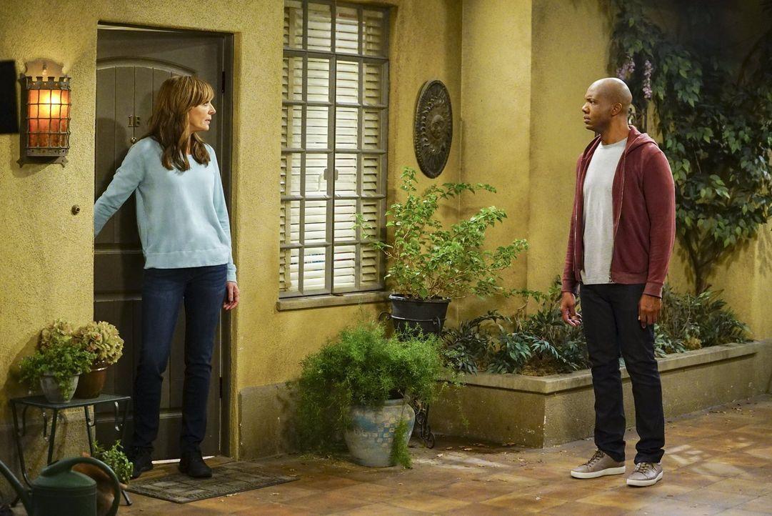 Bonnie (Allison Janney, l.) ist enttäuscht, als Ray (Leonard Roberts, r.) sich an Adam wendet, nachdem er verhaftet wurde ... - Bildquelle: 2017 Warner Bros.