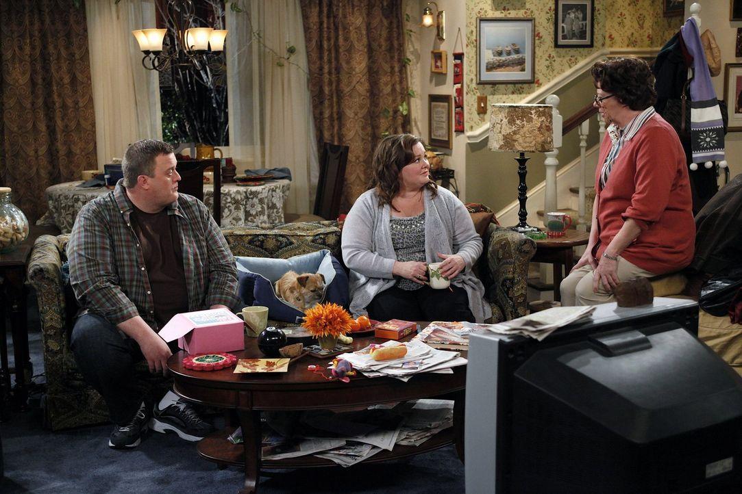 Während Molly (Melissa McCarthy, M.) sich freut, dass Peggy (Rondi Reed, r.) ein Date hat, ist Mike (Billy Gardell, l.) eher sprachlos darüber ... - Bildquelle: 2010 CBS Broadcasting Inc. All Rights Reserved.