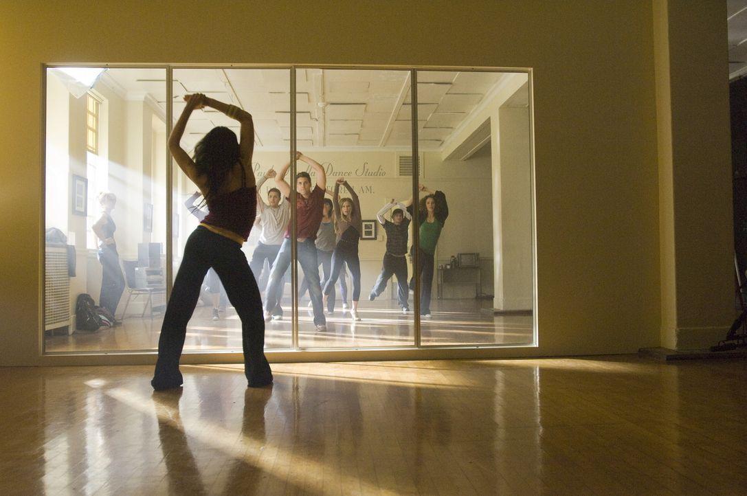 Während Mary (Selena Gomez, vorne l.) im Verborgenen trainiert, übt Teenie-Star Joey Parker (Drew Seeley, hinten l.) mit einigen Schülern für de... - Bildquelle: Warner Brothers