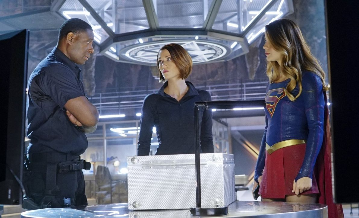 Sind sich sicher, dass Maxwell Lord hinter Supergirls plötzlich aufgetauchter Doppelgängerin steckt: Kara (Melissa Benoist, r.), Alex (Chyler Leigh,... - Bildquelle: 2015 Warner Bros. Entertainment, Inc.