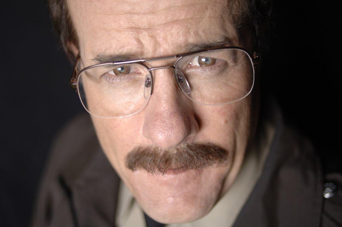 Der gesuchte Sexualstraftäter Dennis Rader (Henry Gregg) macht sich in Briefen und Hinweisen über die Behörden lustig, die ihn nicht zu fassen be... - Bildquelle: 2005 Sony Pictures Television Inc. All Rights Reserved.