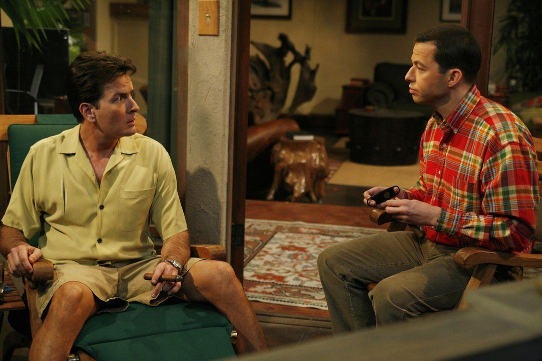 Nachdem sein bester Freund bei ihm auf der Terrasse verstorben ist, lässt sich Charlie (Charlie Sheen, l.) sofort auf Herz und Nieren durchchecken.... - Bildquelle: Warner Brothers Entertainment Inc.