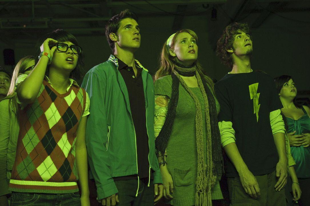 Ahnen, dass Geister ihre Schule verwüstet haben. Doch der Schuldirektor ist davon überzeugt, dass (v.l.n.r.) Velma (Hayley Kiyoko), Fred (Robbie A... - Bildquelle: 2009   Warner Brothers