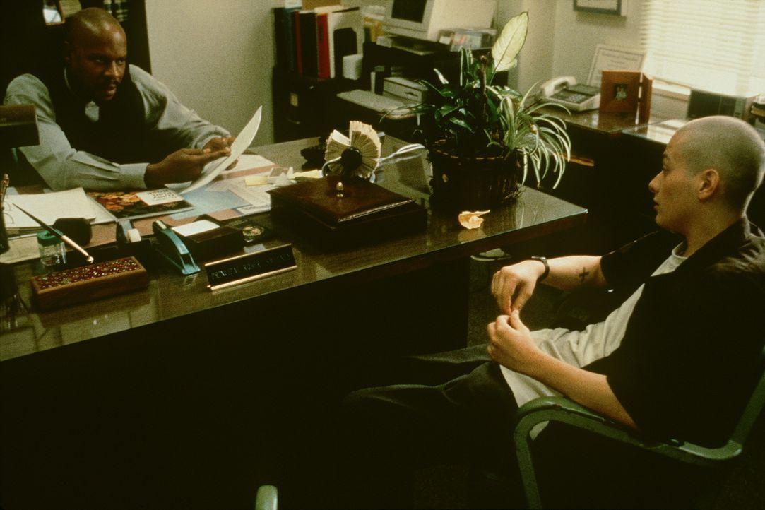 Dem engagierten schwarzen Lehrer Bob Sweeney (Avery Brooks, l.) gelingt es nicht, zu dem rechtsradikalen Danny (Edward Furlong, r.) durchzudringen ... - Bildquelle: Kinowelt Filmverleih