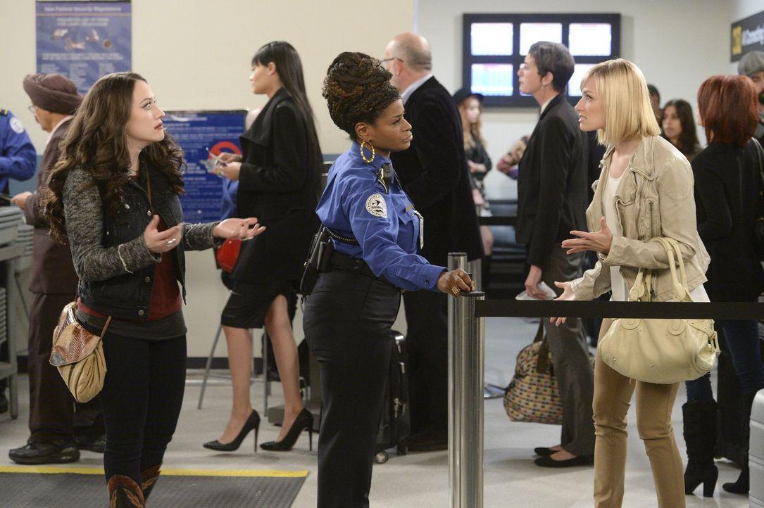 Können sich Caroline (Beth Behrs, r.) und Max (Kat Dennings, l.) gegen die resolute Inez (Daniele Gaither, M.) durchsetzen? - Bildquelle: Warner Bros. Television