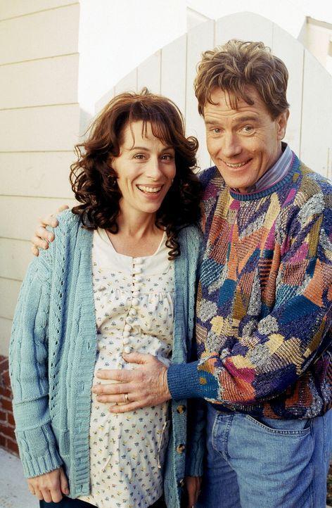 Nachdem Lois (Jane Kaczmarek, l.) Hal (Bryan Cranston, r.) davon erzählt, dass ihre Periode überfällig ist, rufen sie sich die Geburt ihrer drei... - Bildquelle: TM +   2000 Twentieth Century Fox Film Corporation. All Rights Reserved.