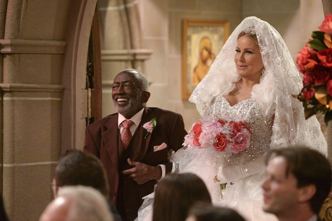 Earl (Garrett Morris, l.) darf die wunderschöne Braut Sophie (Jennifer Coolidge, r.) zum Altar führen ... - Bildquelle: Warner Bros. Television