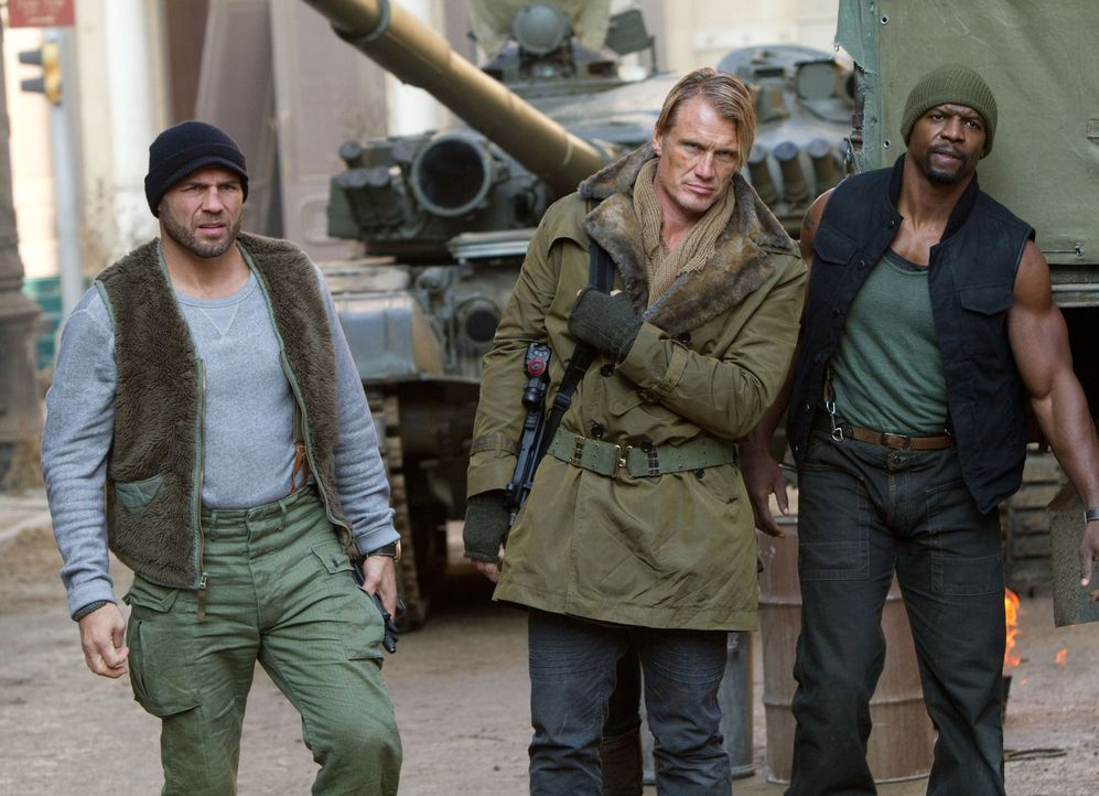 Werden erneut auf ein abenteuerliches Himmelfahrtskommando geschickt: Gunner Jensen (Dolph Lundgren, M.),  Hale Caesar (Terry Crews, r.) und Toll Ro... - Bildquelle: BARNEY'S CHRISTMAS, INC.  ALL RIGHTS RESERVED