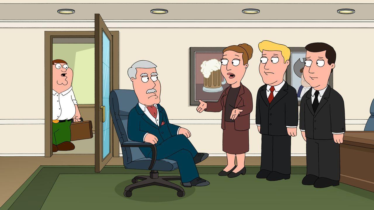 Als Peter (l.) seinen neuen Chef Carter Pewterschmidt (2.v.l.), der auch noch sein Schwiegervater ist, belauscht und erfährt, mit welchen Mitteln di... - Bildquelle: 2016-2017 Fox and its related entities.  All rights reserved.