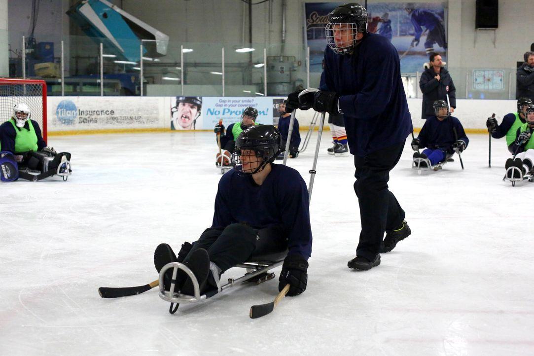 JJ (Micah Fowler, l.) möchte in ein Schlittenhockeyteam für Behinderte beitreten. Sein Vater Jimmy (John Ross Bowie, r.) ist anfangs jedoch alles an... - Bildquelle: 2016-2017 American Broadcasting Companies. All rights reserved.