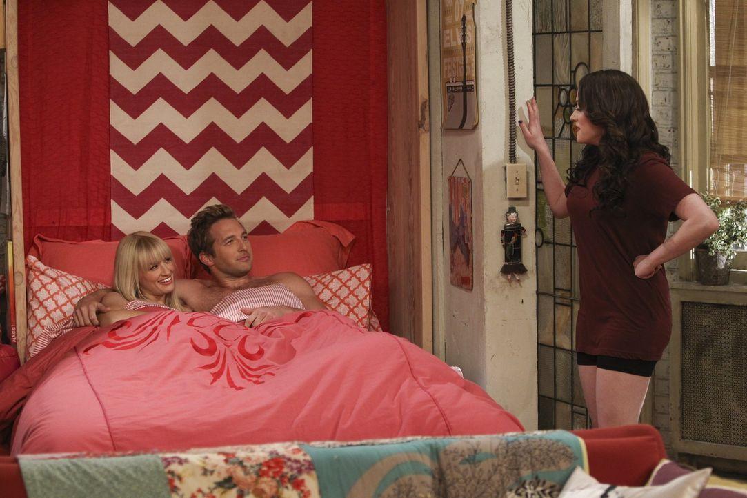 Max (Kat Dennings, r.) kann nicht fassen, dass sich Caroline (Beth Behrs, l.) auf ein Sex-Date mit Andy (Ryan Hansen, M.) eingelassen hat ... - Bildquelle: Warner Bros. Television