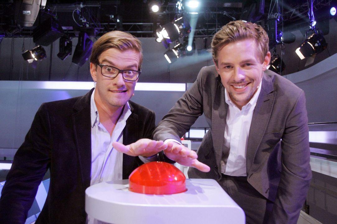 """Joko Winterscheidt (l.) und Klaas Heufer-Umlauf (r.) bringen die Kandidaten in """"17 Meter"""" richtig ins Schwitzen! - Bildquelle: ProSieben"""