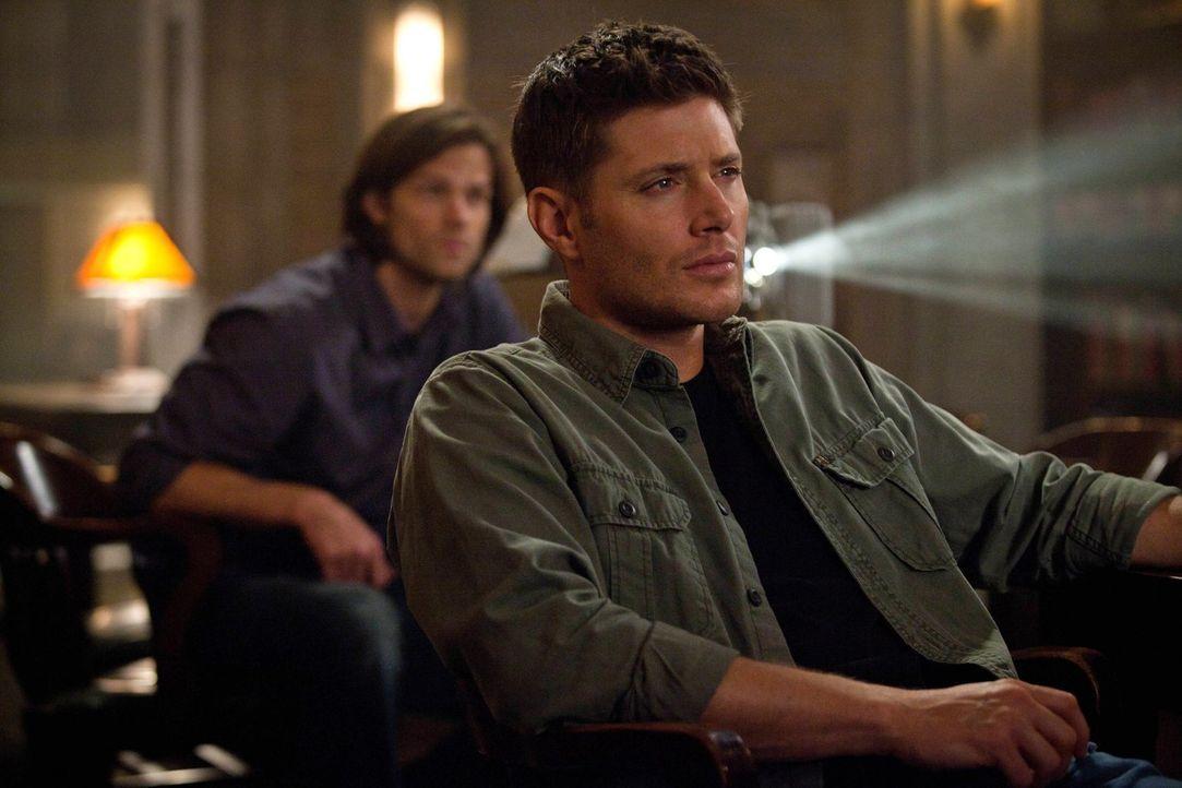 """Auf der Suche nach Antworten entdecken Sam (Jared Padalecki, l.) und Dean (Jensen Ackles, r.) bei den """"Männern der Schriften"""" einen alten Film ... - Bildquelle: Warner Bros. Television"""