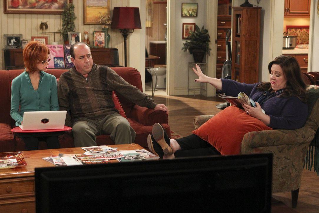 """Hoffen, dass Victoria in James endlich den """"Richtigen"""" gefunden hat: Vince (Louis Mustillo, M.), Joyce (Swoosie Kurtz, l.) und Molly (Melissa McCart... - Bildquelle: Warner Brothers"""