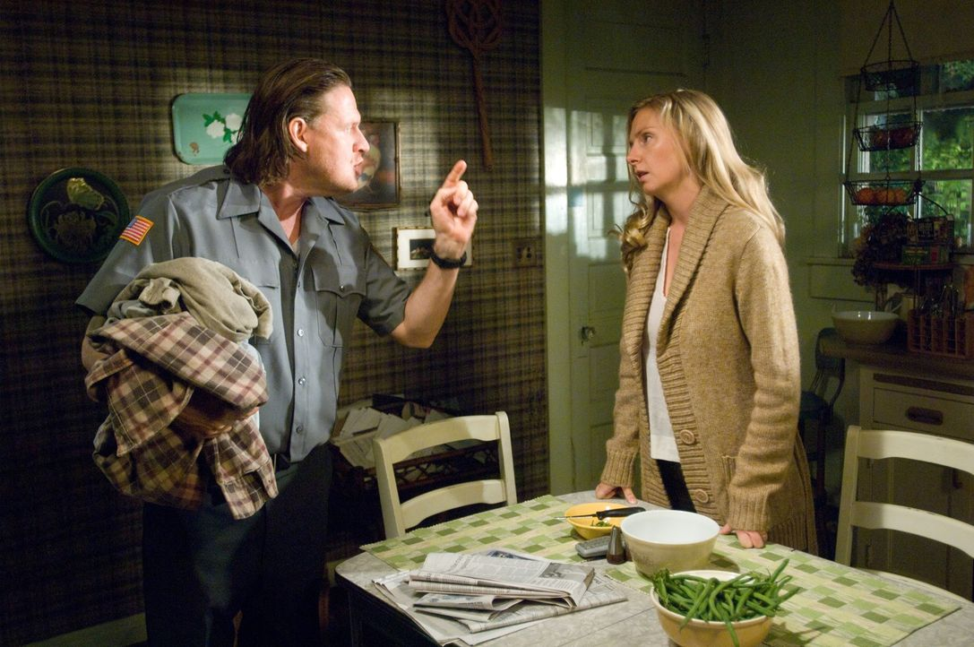 Eines Tages nistet sich ein mysteriöser Fremder im Gartenhaus des entfremdeten Ehepaars Ellen (Hope Davis, r.) und Bunting (Donal Logue, l.) ein. Sc... - Bildquelle: 2009 Stage 6 Films, Inc. All Rights Reserved.