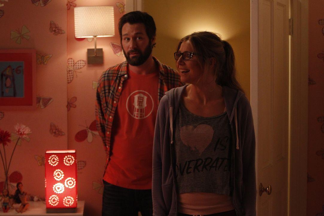Polly (Sarah Chalke, r.) ist erstaunt, als sie sieht, wie viel Mühe sich Julian (Jon Dore, l.) gemacht hat, damit sich Natalie bei ihm in der Wohnun... - Bildquelle: 2013 American Broadcasting Companies. All rights reserved.