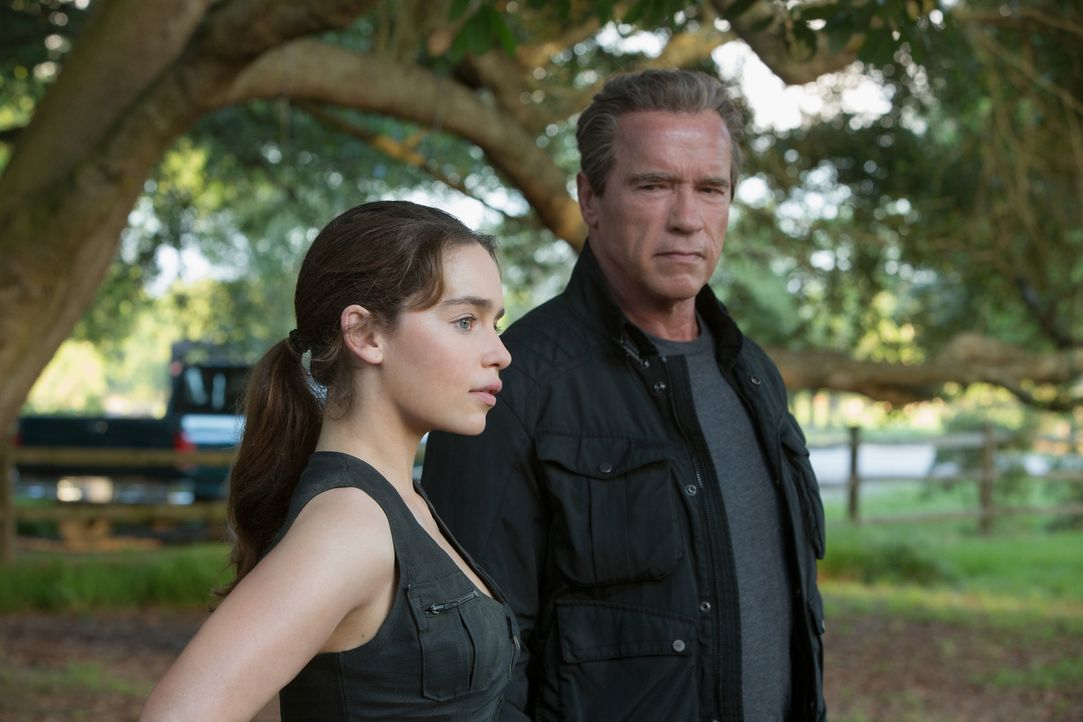 """Für Sarah (Emilia Clarke, l.) ist der Terminator """"Paps"""" (Arnold Schwarzenegger, r.) eine echte Bezugsperson geworden. Seit dem sie neun Jahre alt wa... - Bildquelle: 2015 PARAMOUNT PICTURES. ALL RIGHTS RESERVED."""