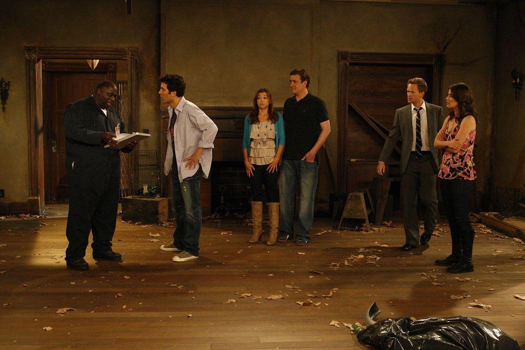 Ted (Josh Radnor, 2.v.l.) präsentiert seinen Freunden seine neue Errungenschaft: Ein eigenes Haus. Marshall (Jason Segel, 3.v.r.), Barney (Neil Pat... - Bildquelle: 20th Century Fox International Television