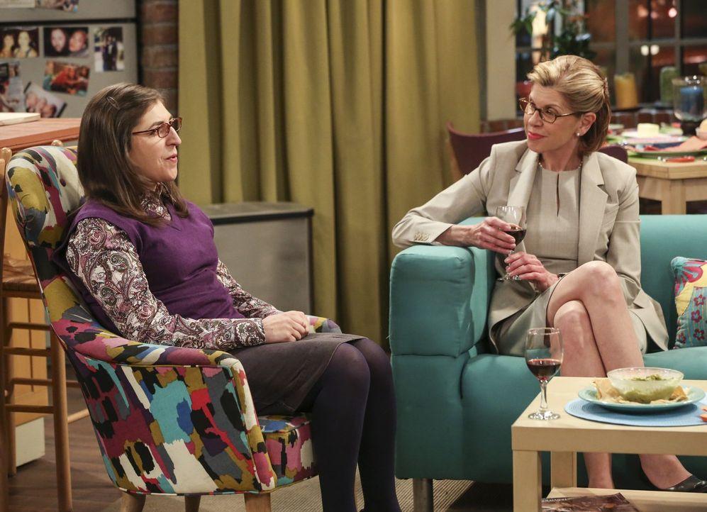 """Weil Sheldon lieber zum """"Avengers""""-Screening ins Kino geht, schickt er Stuart mit Amy (Mayim Bialik, l.) zum Shoppen. Die ist darüber jedoch gar nic... - Bildquelle: 2016 Warner Brothers"""