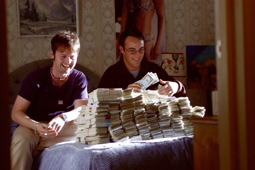 Mit ihrem Film, der die Autopsie eines Aliens zeigt, haben Ray (Declan Donnelly, l.) und Gary (Ant McPartlin, r.) dicke Kohle gemacht. Doch wann wir... - Bildquelle: Warner Brothers International