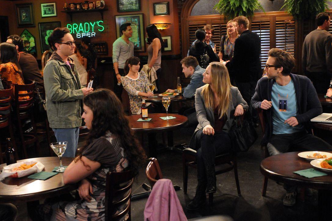 Während Sheldon seine Angst vor Vögeln überwinden muss, versuchen Leonard (Johnny Galecki, l.) und Penny (Kaley Cuoco, 2.v.r.) Zeit miteinander a... - Bildquelle: Warner Bros. Television