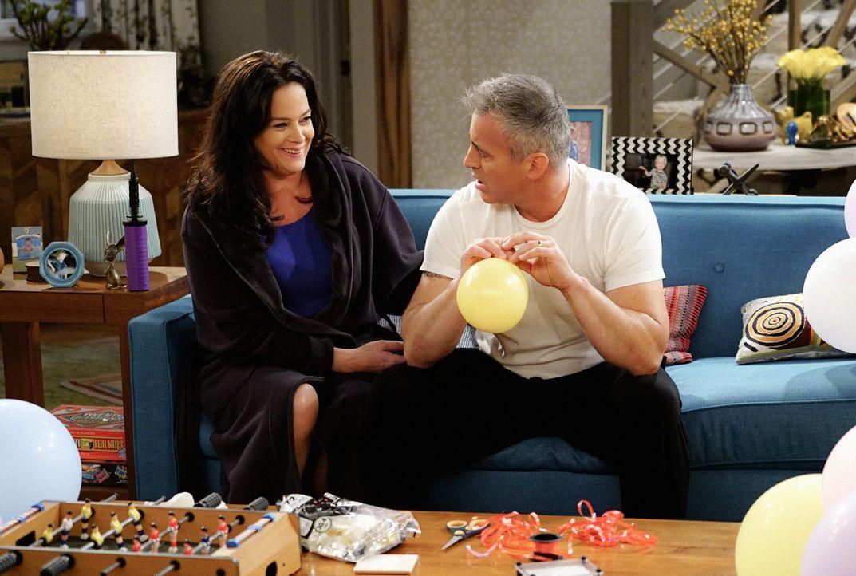 Als Adam (Matt LeBlanc, r.) eine übereilte Entscheidung trifft, bekommt er Ärger mit seiner Frau Andi (Liza Snyder, l.) ... - Bildquelle: Sonja Flemming 2016 CBS Broadcasting, Inc. All Rights Reserved