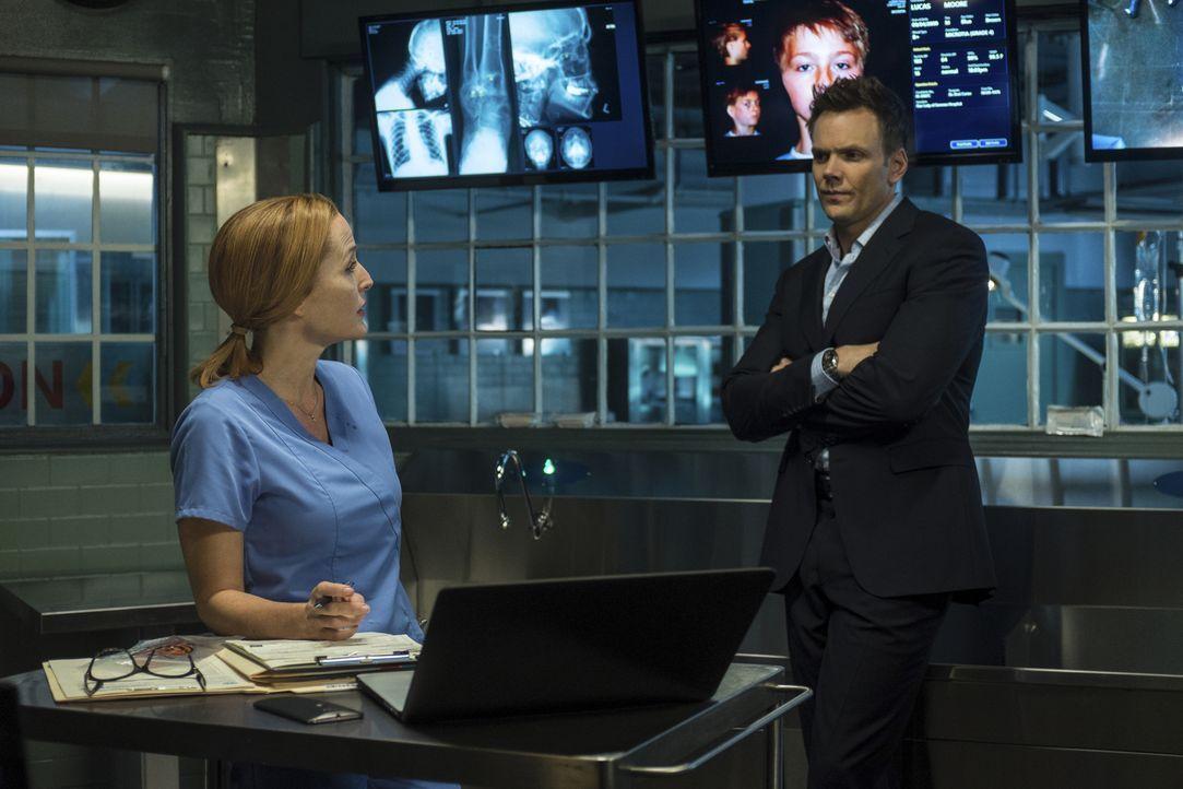 Während Scully (Gillian Anderson, l.) noch daran zweifelt, dass die jungen Sveta wirklich fremde DNA in sich trägt, ist  Moderator Tad O'Malley (Joe... - Bildquelle: Ed Araquel 2016 Fox and its related entities.  All rights reserved.