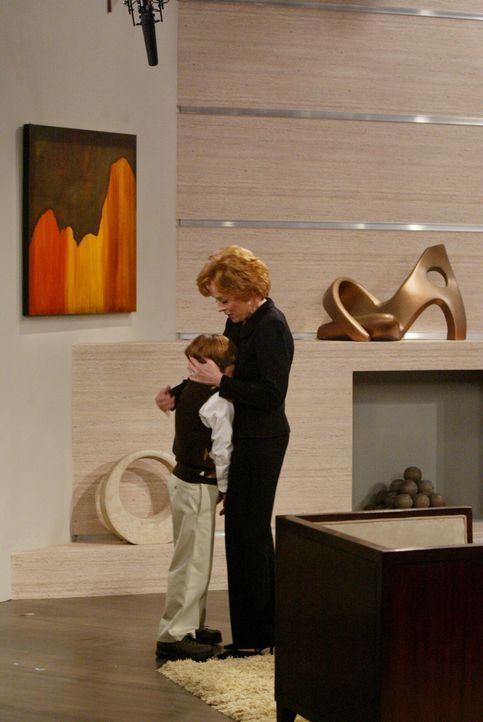 Bald muss Alan einsehen, dass seine Mutter Evelyn (Holland Taylor, r.) die gleichen Erziehungsfehler bei Jake (Angus T. Jones, l.) macht, die sie be... - Bildquelle: Warner Brothers Entertainment Inc.