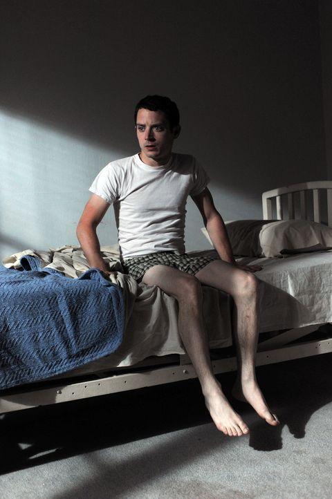 Ryan (Elijah Wood) ist in psychiatrischer Behandlung. Noch immer sieht er in dem Hund seiner Nachbarin einen Mann im Hundekostüm ... - Bildquelle: 2011 FX Networks, LLC. All rights reserved.